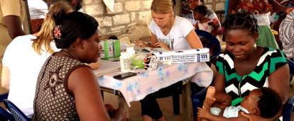 助産インターンがガーナの田舎で女性や母親のヘルスケアに取り組む